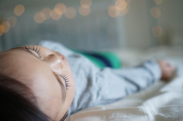 Pourquoi bébé se réveille-t-il la nuit ?